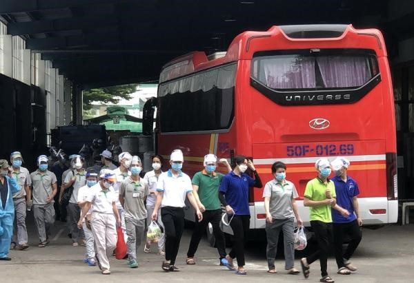 Hàng loạt nhà máy ở TP.HCM mở cửa đón công nhân trở lại làm việc