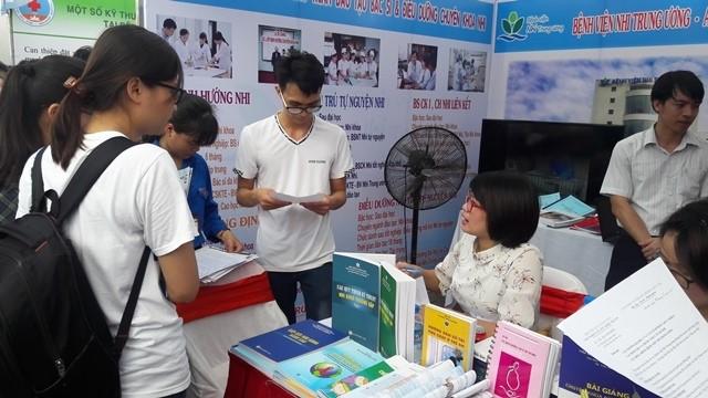 Hơn 1.000 sinh viên ngành y tham gia ngày hội việc làm