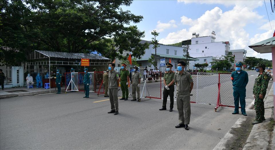 QUYẾT ĐỊNH - Về việc tiếp tục áp dụng các biện pháp cấp bách phòng, chống dịch Covid-19 theo các Chỉ thị của Thủ tướng Chính phủ trên địa bàn tỉnh Kiên Giang